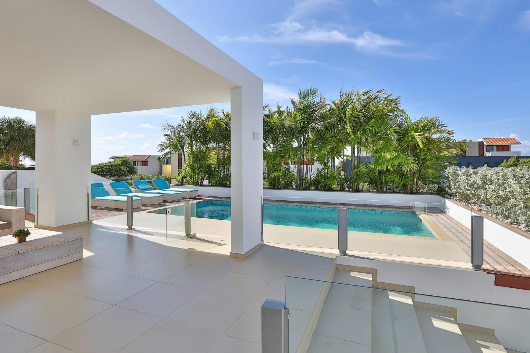 Villa-en-zwembad-scaled