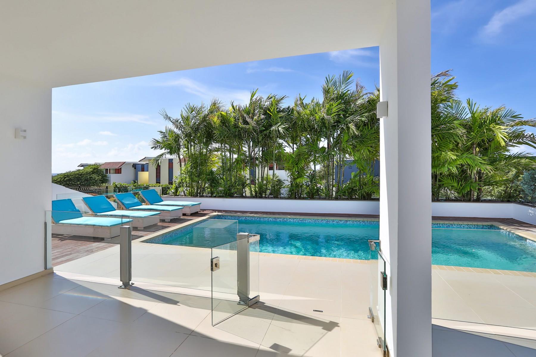 Zwembad-vanuit-villa-scaled